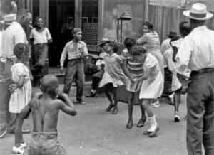 helen-levitt-kids-dancing-harlem